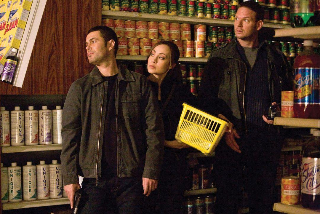 Müssen eine Alieninvasion stoppen, die das Ende der Menschheit bedeuten würde: (v.l.n.r.) Ritter (Carlos Bernard), Sterling (Courtney Ford) und Lo... - Bildquelle: 2007 Warner Bros. Entertainment INC.