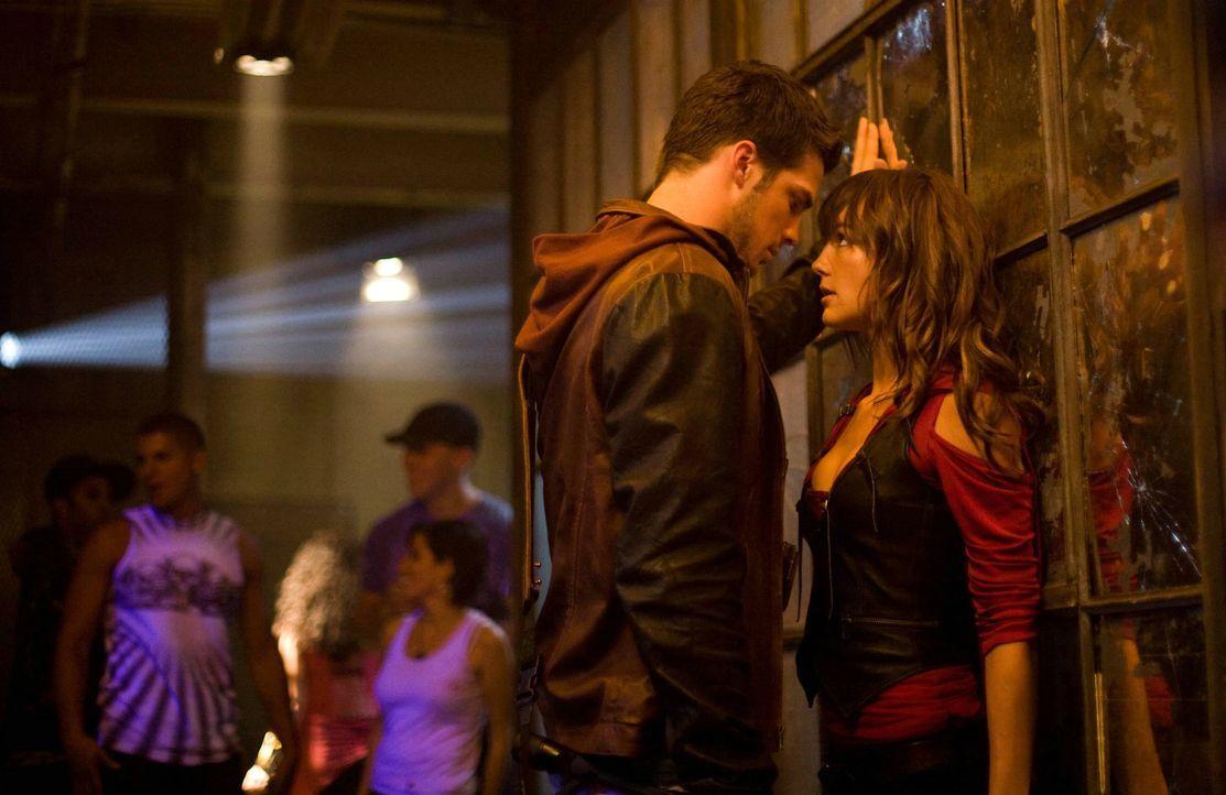 Noch ahnt Luke (Rick Malambri, l.) nicht, dass Natalie (Sharni Vinson, r.) ein gefährliches Geheimnis in sich trägt ... - Bildquelle: Constantin Film