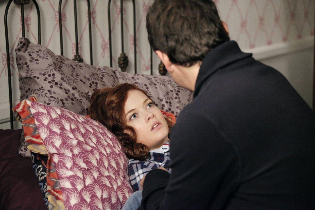 George (Jeremy Sisto, r.) muss sich um Tessa (Jane Levy, l.) kümmern, nachdem ihre Weisheitszähne gezogen wurden ... - Bildquelle: Warner Brothers