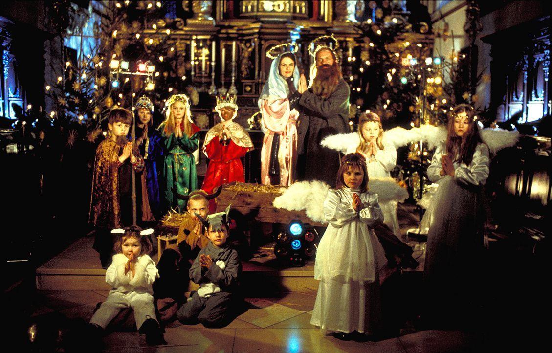 Als Gegenleistung für ein Nachtquartier in einem Pfarrhaus müssen der ausgeprägte Weihnachtsmuffel Charlotte (Barbara Auer, l.) und ihr Begleiter... - Bildquelle: ProSieben