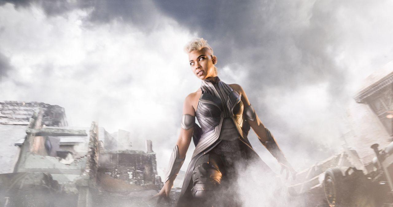 Die junge Ororo alias Storm (Alexandra Shipp) schlägt sich als Straßendiebin durch, bis sie auf den gottähnlichen Mutanten Apocalypse trifft, der ih... - Bildquelle: 2016 Twentieth Century Fox Film Corporation.  All rights reserved.  MARVEL TM &   2016 MARVEL & Subs.