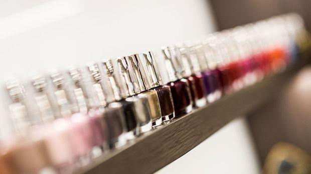 Es gibt ihn in allen Variationen und Farben – der Nagellack. Wie du deinen Na...