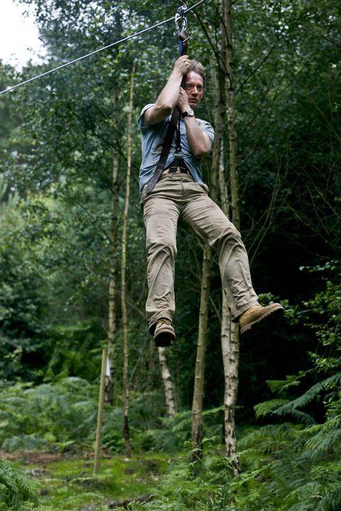 Um vor dem Säbelzahntiger in Sicherheit zu kommen, lässt sich Cutter (Douglas Henshall) auf einen gefährlichen Fluchtweg ein ... - Bildquelle: ITV Plc