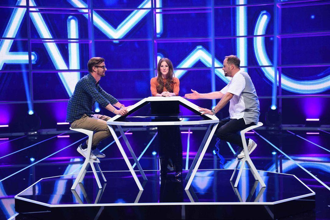 Moderatorin Jeannine Michaelsen (M.) lässt Joko (l.) und Smudo (r.) im direkten Duell gegeneinander antreten ... - Bildquelle: Willi Weber ProSieben