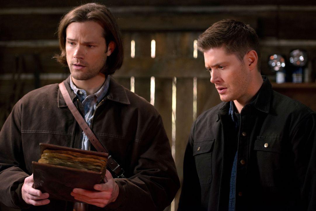 Sam (Jared Padalecki, l.) und Dean (Jensen Ackles, r.) eilen Charlie zu Hilfe, als diese von einem Mann bedroht wird, der behauptet, das Buch der Ve... - Bildquelle: 2016 Warner Brothers
