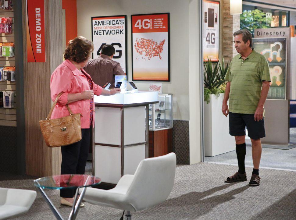 Nachdem Tom (Beau Bridges, r.) zu seiner Tochter gezogen ist, hat Carol (Margo Martindale, l.) plötzlich mehr Zeit ihrer Kreativität nachzugehen ... - Bildquelle: 2013 CBS Broadcasting, Inc. All Rights Reserved.