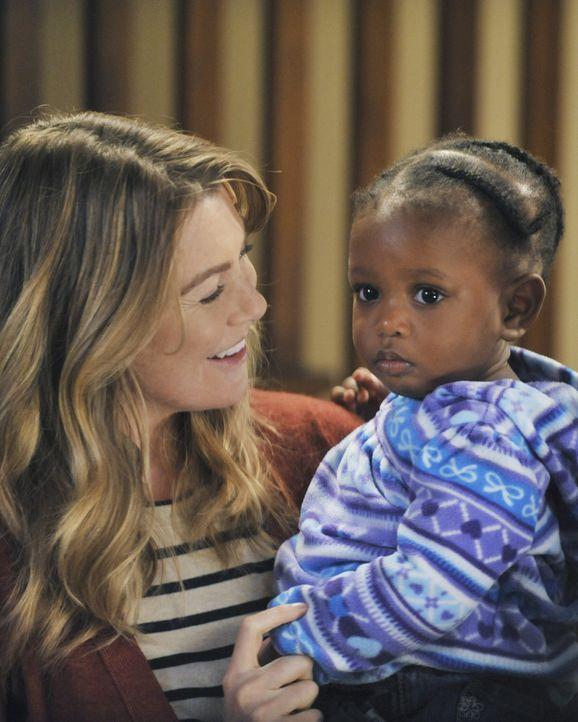 Während Teddy mit dem Tod ihres Mannes zurechtkommen muss, können Meredith (Ellen Pompeo, l.) und Derek endlich ihre Tochter in die Arme schließe... - Bildquelle: ABC Studios
