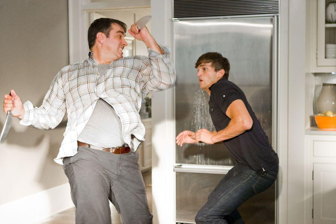 Will seinen Arbeitskollegen Spencer (Ashton Kutcher, r.) aus dem Weg räumen - für 20 Mio. Dollar: Henry (Rob Riggle) ... - Bildquelle: Kinowelt GmbH