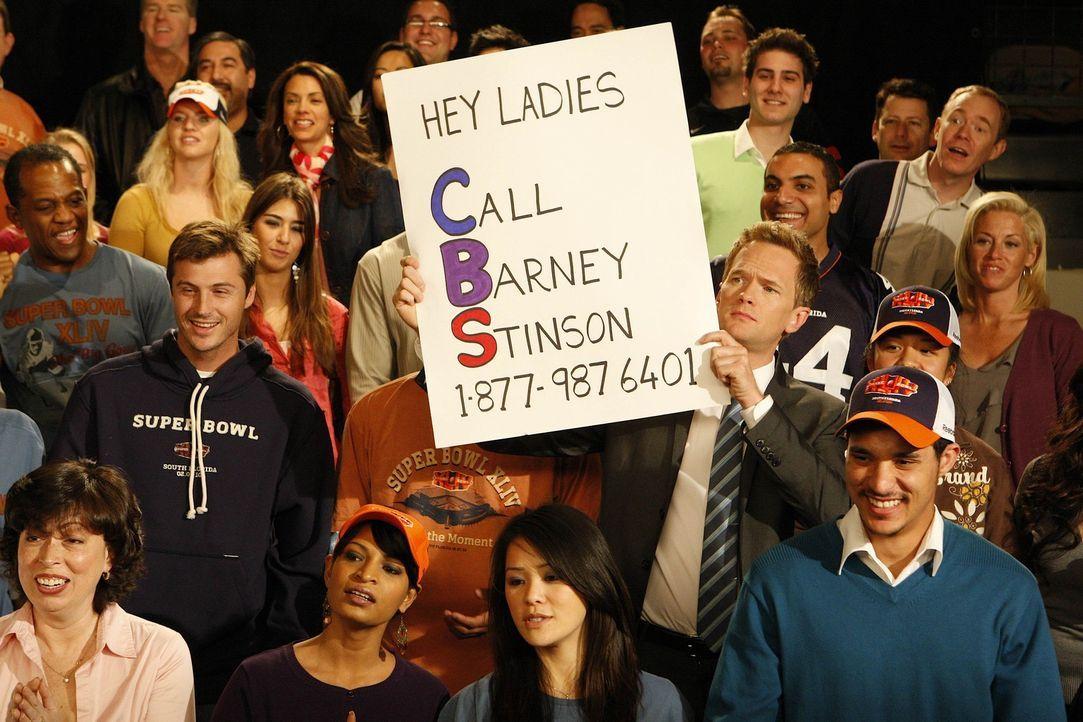 Barney (Neil Patrick Harris, M.) hat im Football-Stadion ein Schild mit seiner Telefonnummer in die Kamera gehalten und bekommt nun Anrufe ohne Ende... - Bildquelle: 20th Century Fox International Television
