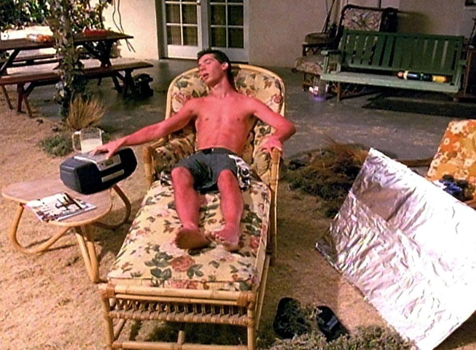Reese (Justin Berfield) hält ein Nickerchen in der Sonne - doch leider etwas zu lange ... - Bildquelle: TM &  2005 - 2006 Twentieth Century Fox Film Corporation and Regency Entertainment (USA), Inc.
