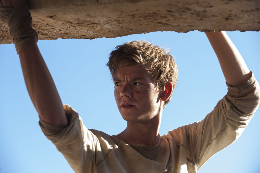 Fliehen nach draußen direkt in die Brandwüste - den lebensfeindlichsten Abschnitt des ganzen Planeten: Newt (Thomas Brodie-Sangster) und seine Freun... - Bildquelle: 2015 Twentieth Century Fox Film Corporation.  All rights reserved.