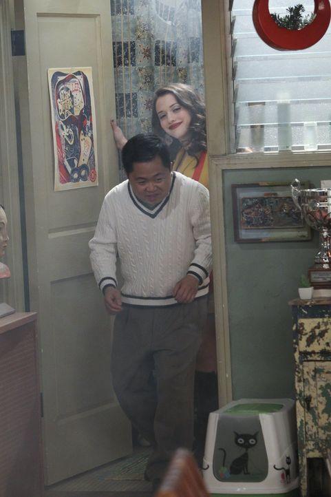 Um ihren Chef Lee (Matthew Moy, vorne) vor dem Besuch seiner Mutter aus Korea etwas zu beruhigen, wendet Max (Kat Dennings, hinten) eine ganz eigene... - Bildquelle: Warner Bros. Television