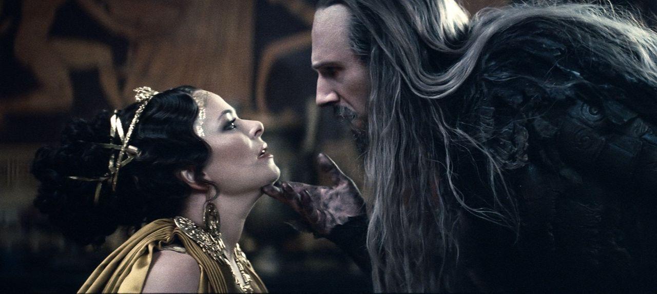 Die übermütige Königin Cassiopeia (Polly Walker, l.) wagt es, die Götter zu beleidigen und herauszufordern und Hades (Ralph Fiennes, r.) zeigt ihr,... - Bildquelle: 2010 Warner Bros.