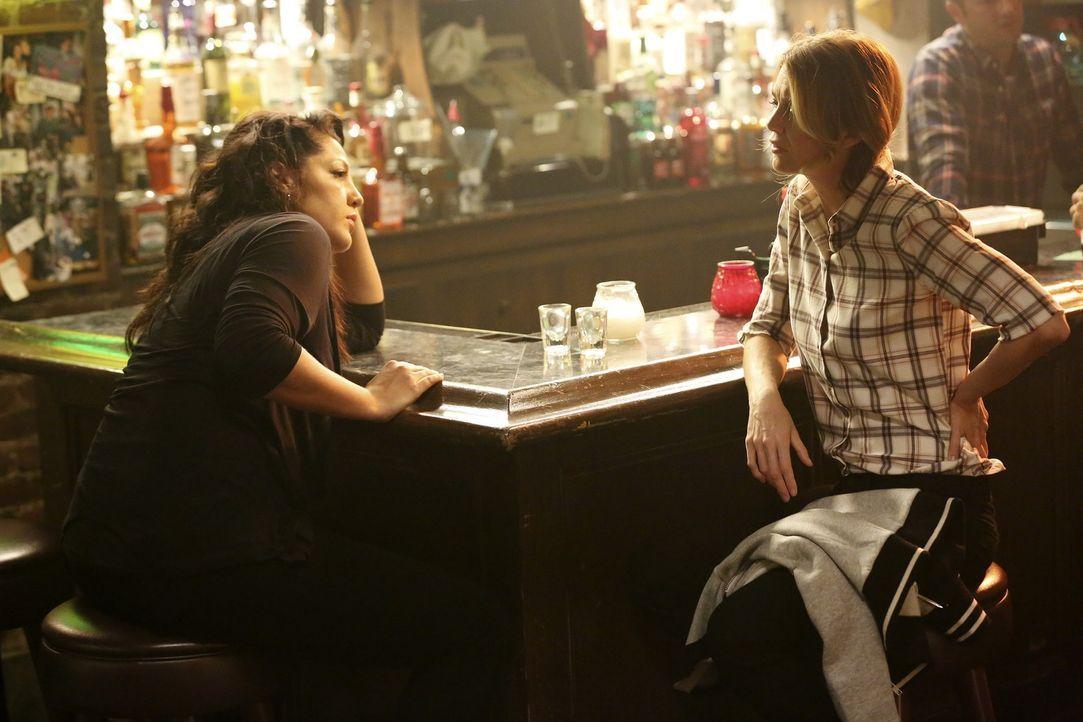 Das Versagen im Job und die Beziehungspause mit Arizona scheinen Callies (Sara Ramirez, l.) Leben aus dem Ruder laufen zu lassen. Meredith (Ellen Po... - Bildquelle: ABC Studios