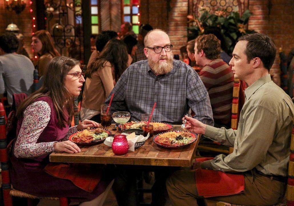 Datenight: Amy (Mayim Bialik, l.) und Sheldons (Jim Parsons, r.) romantisches Dinner wird plötzlich zum Dreier-Date, bei dem Bert (Brian Posehn, M.)... - Bildquelle: 2016 Warner Brothers