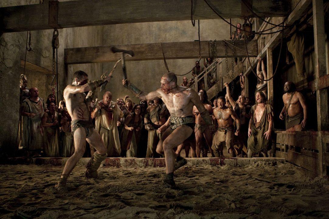 Zwischen Spartacus (Andy Whitfield, l.) und Kerza (Karl Drinkwater, r.) entbrennt ein Kampf auf Leben und Tod ... - Bildquelle: 2010 Starz Entertainment, LLC
