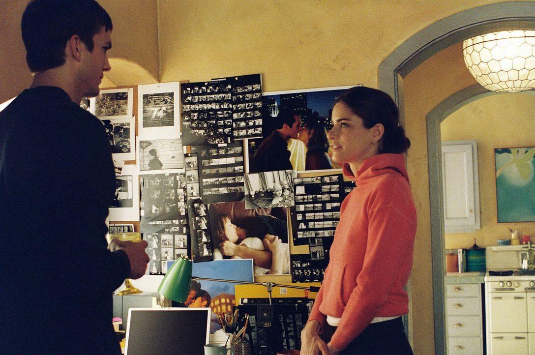 Emily (Amanda Peet, r.) ist gerade in einer extremen Punk-Phase, als sie Oliver (Ashton Kutcher, l.) kennen lernt. Obwohl Oliver eher ein biederer T... - Bildquelle: Touchstone Pictures. All rights reserved
