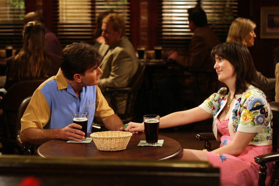 Charlie Harper (Charlie Sheen, l.) trifft sich mit seiner Stalkerin Rose (Melanie Lynskey, r.) ... - Bildquelle: Warner Brothers Entertainment Inc.
