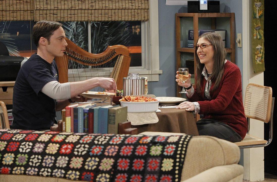 Amy (Mayim Bialik, r.) will das Tempo ihrer Beziehung anziehen und lädt Sheldon (Jim Parsons, l.) zu sich ein ... - Bildquelle: Warner Bros. Television