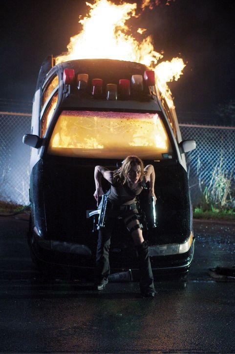 Das tödliche Virus hat sich über Raccoon City ausgebreitet. Alice (Milla Jovovich), von der mächtigen Umbrella Corporation für ein biogenetische... - Bildquelle: Constantin Film
