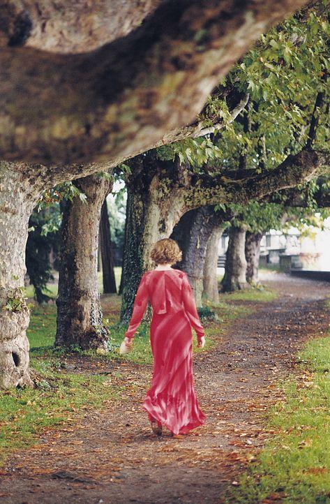 """Während eines Schachturniers in Italien kann die junge Natalia (Emily Watson) ihre Faszination für den """"Verrückten"""" nicht verbergen. Da taucht Lu... - Bildquelle: 2003 Sony Pictures Television International. All Rights Reserved."""