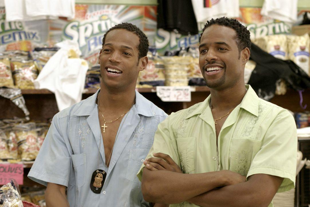 Nachdem die beiden FBI Agenten Marcus (Marlon Wayans, r.) und Kevin Copeland (Shawn Wayans, l.) mal wieder einen Einsatz vermasselt haben, stehen si... - Bildquelle: Sony Pictures Television International. All Rights Reserved.