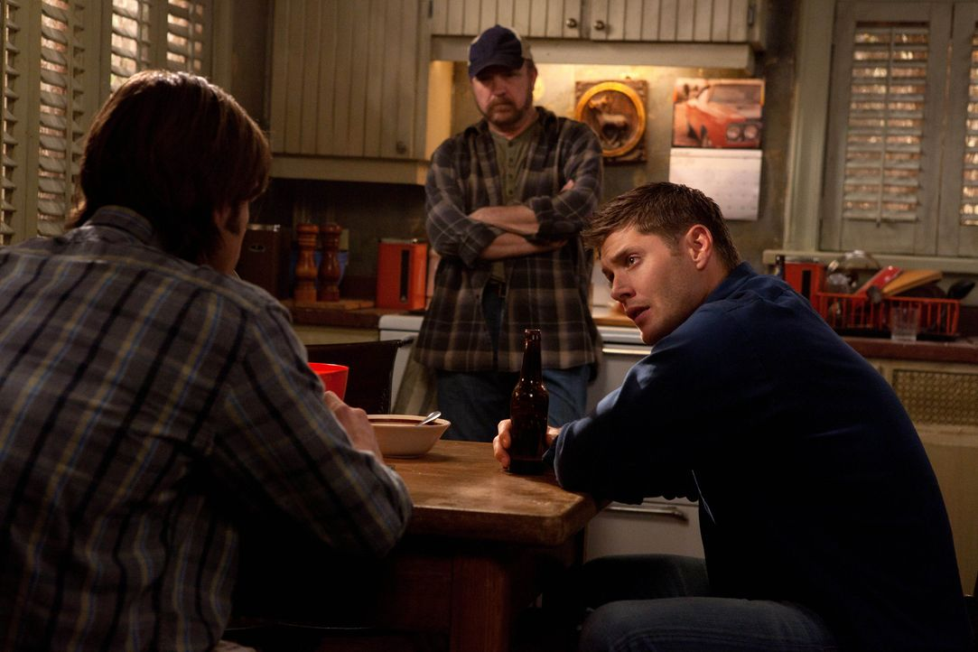 Zusammen wollen der neue, alte Sam (Jared Padalacki, l.), Bobby (Jim Beaver, M.) und Dean (Jensen Ackles, r.) einem Jungfrauen- und Golddieb auf die... - Bildquelle: Warner Bros. Television