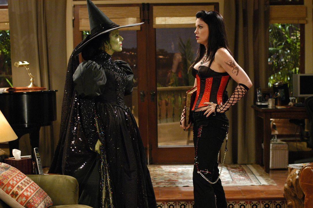 Miteinander oder gegeneinander?: Evelyn (Holland Taylor, l.) und Isabelle (Jodi Lyn O'Keefe, r.) ... - Bildquelle: Warner Brothers Entertainment Inc.