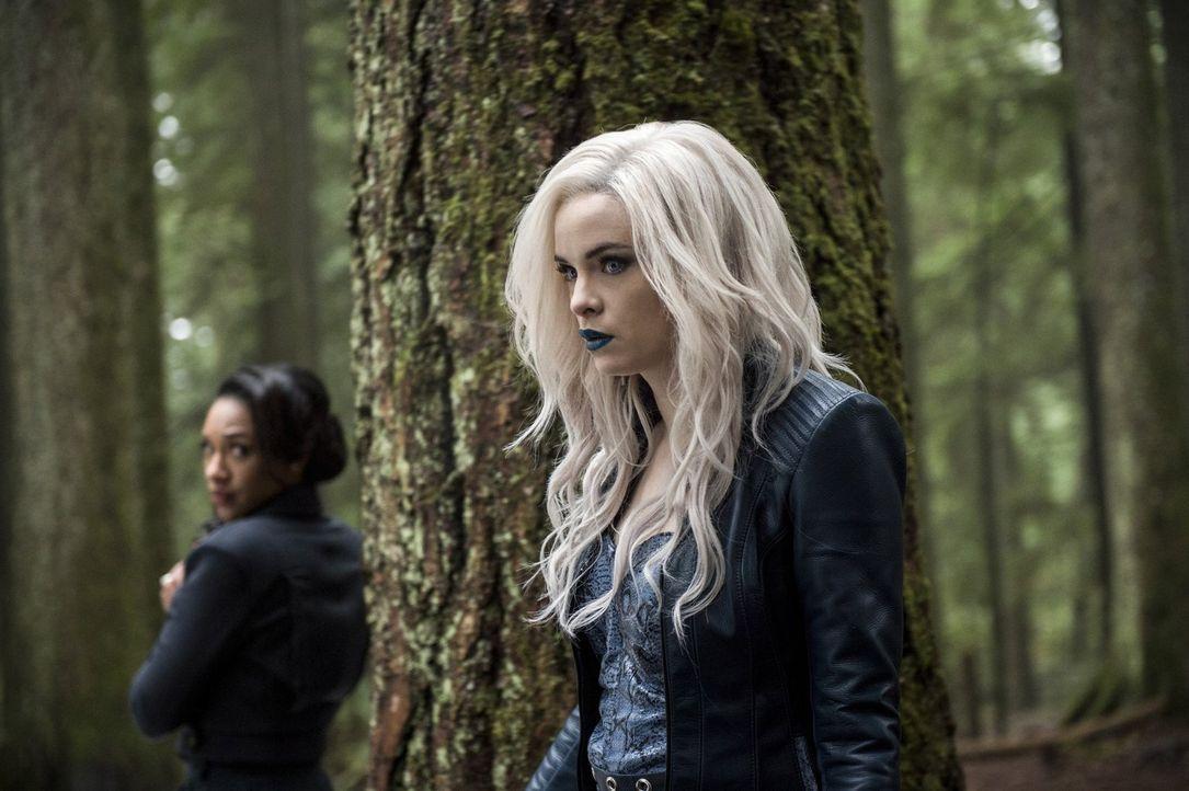 Ist Caitlin alias Killer Frost (Danielle Panabaker, r.) wirklich so kaltherzig und skrupellos wie Iris (Candice Patton, l.) vermutet? - Bildquelle: Warner Bros. Entertainment, Inc.