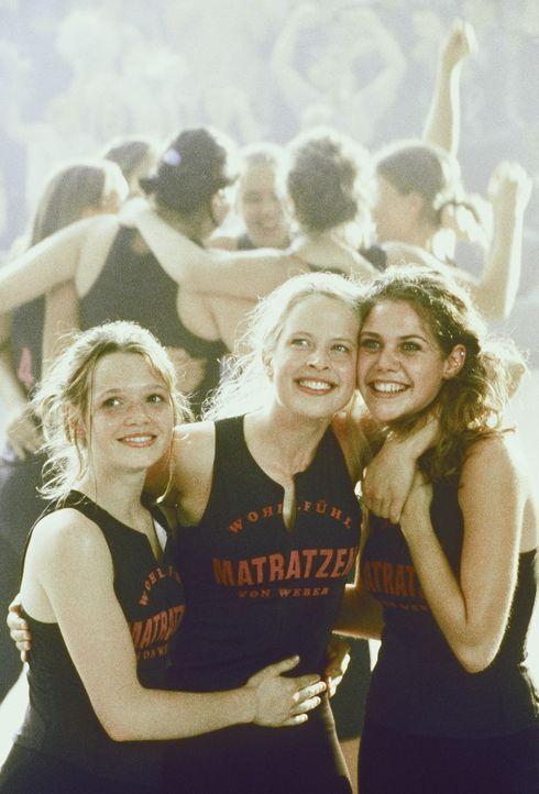 Bei einem Volleyballmatch müssen Inken (Diana Amft, M.), Victoria (Felicitas Woll, r.) und Lena (Karoline Herfurth, l.) mitanhören, wie Klassenkam... - Bildquelle: Constantin Film
