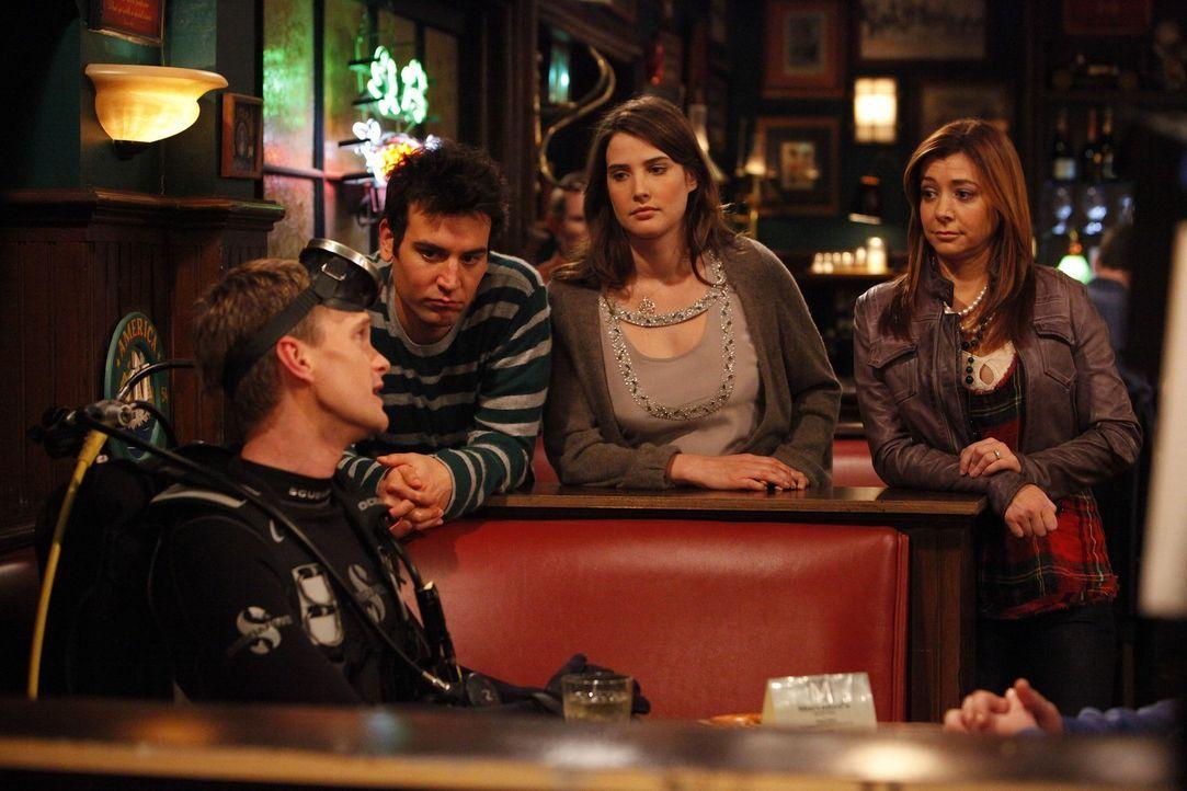 Barney (Neil Patrick Harris, l.) zeigt seinen Freunden Ted (Josh Radnor, 2.v.l.), Lily (Alyson Hannigan, r.) und Robin (Cobie Smulders, 2.v.r.), wie... - Bildquelle: 20th Century Fox International Television