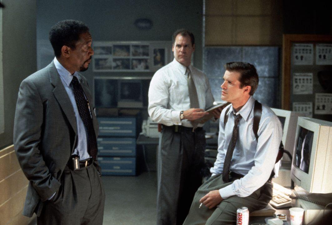 Die ermittelnden Beamten Detective Nick Ruskin (Cary Elwes, r.) und Kyle Craig (Jay O. Sanders, M.)  unterstützen Alex' (Morgan Freeman, l.) verzwei... - Bildquelle: 2012 by Paramount Pictures. All rights reserved.