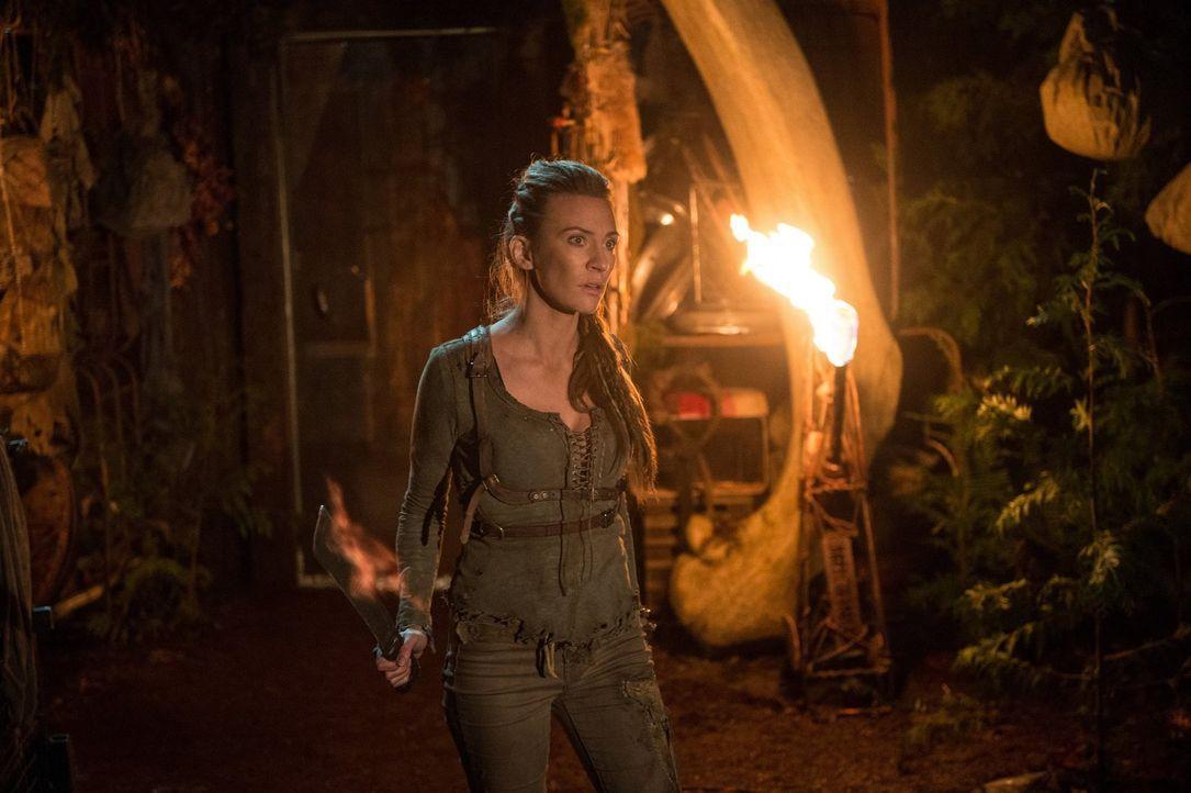 Kann und will Niylah (Jessica Harmon) den verbliebenen Mitgliedern des 13. Clans helfen? - Bildquelle: 2014 Warner Brothers