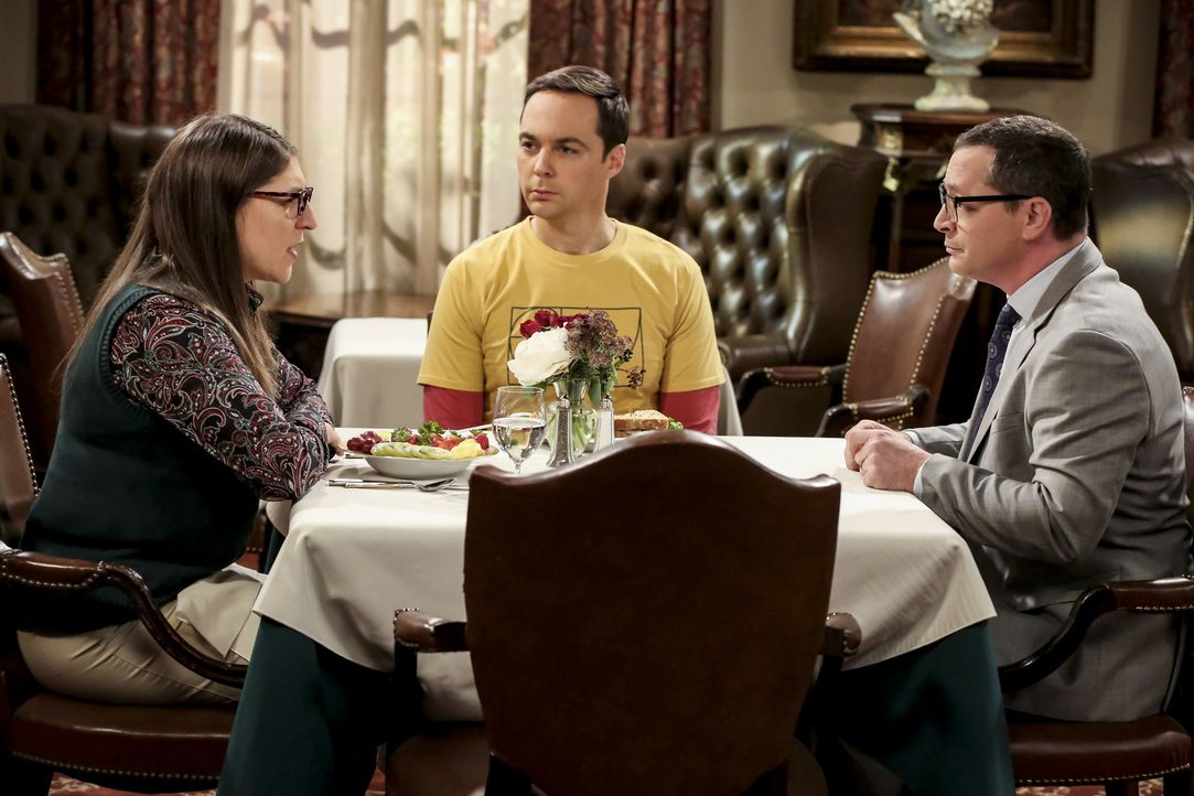 (v.l.n.r.) Amy (Mayim Bialik); Sheldon (Jim Parsons); President Siebert (Joshua Malina) - Bildquelle: Michael Yarish 2018 WBEI. All rights reserved./Michael Yarish
