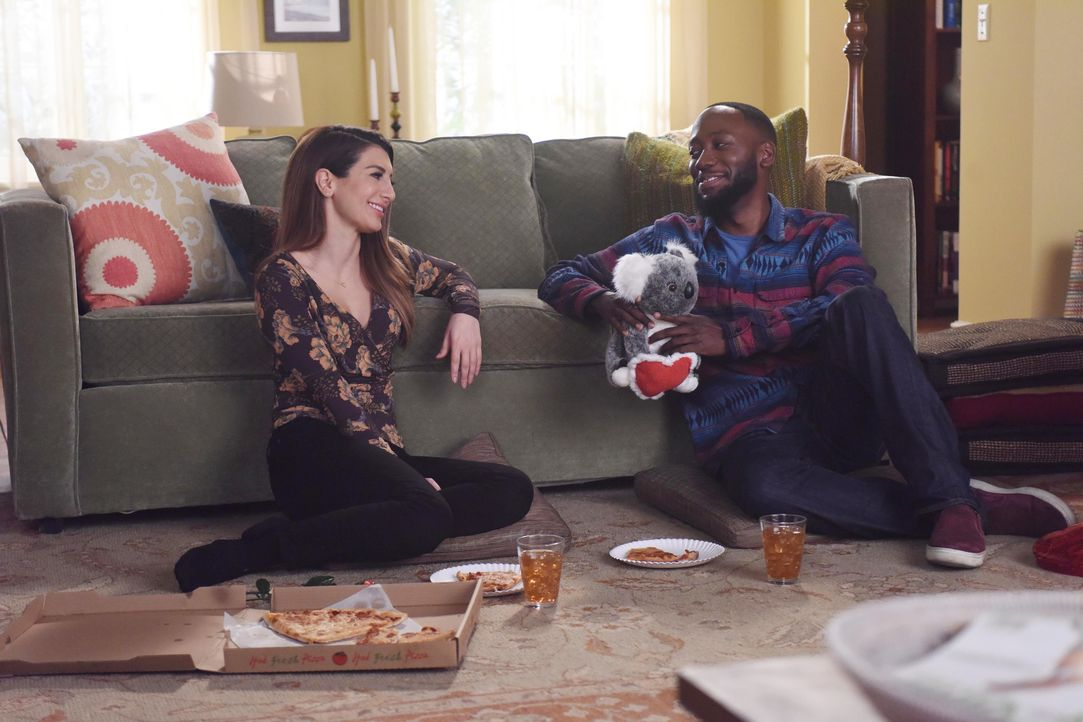 Was haben Aly (Nasim Pedrad, l.) und Winston (Lamorne Morris, r.) für Valentinstag geplant? - Bildquelle: Ray Mickshaw 2017 Fox and its related entities. All rights reserved. / Ray Mickshaw
