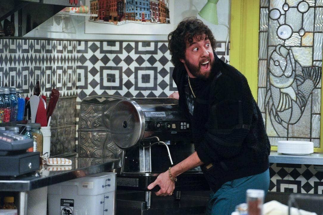 Für eine kleine Gegenleistung besorgt Oleg (Jonathan Kite) auf Wunsch von Max und Caroline eine Kaffeemaschine für ihren Fensterverkauf ... - Bildquelle: Warner Brothers