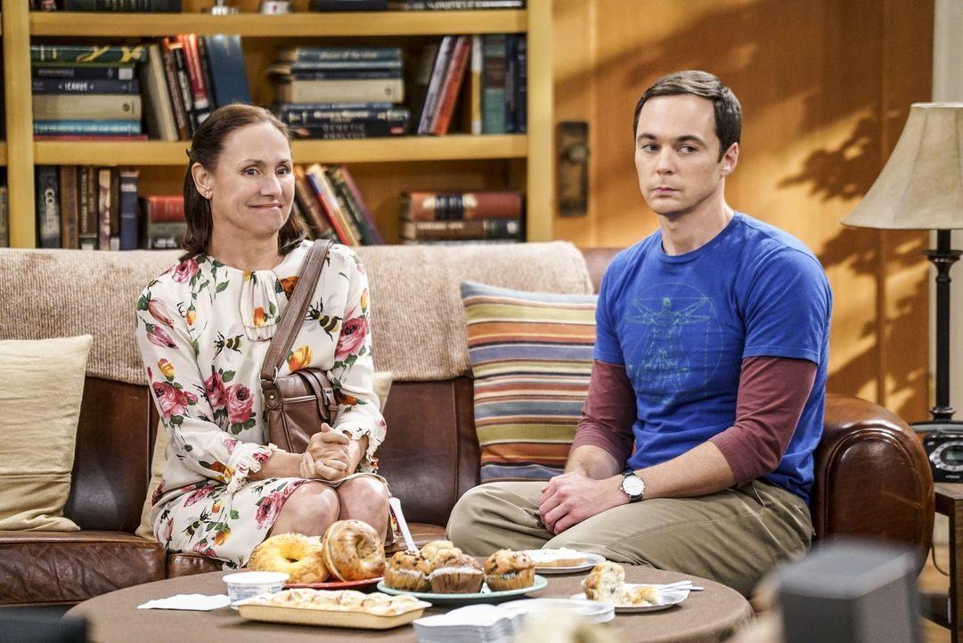 Sheldon (Jim Parsons, r.) ist entsetzt: Hat seine Mutter (Laurie Metcalf, l.) tatsächliche eine Nacht mit Leonards Vater verbracht? - Bildquelle: 2016 Warner Brothers