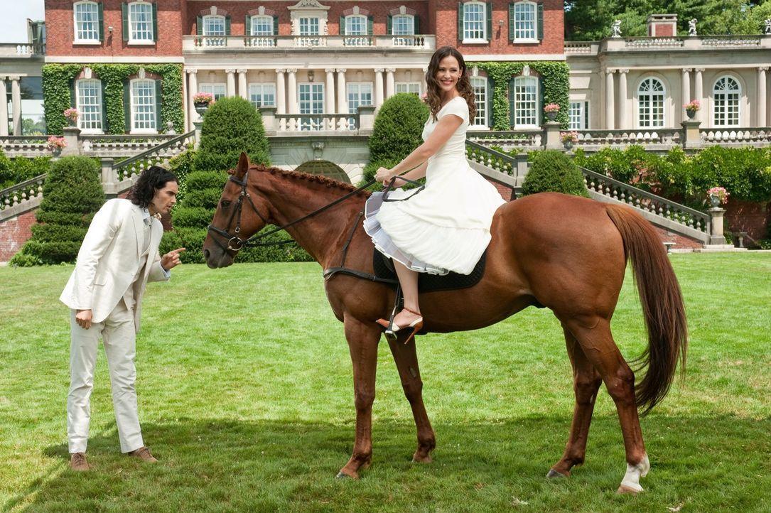 Arthur (Russell Brand, l.); Susan (Jennifer Garner, r.) - Bildquelle: Warner Bros.