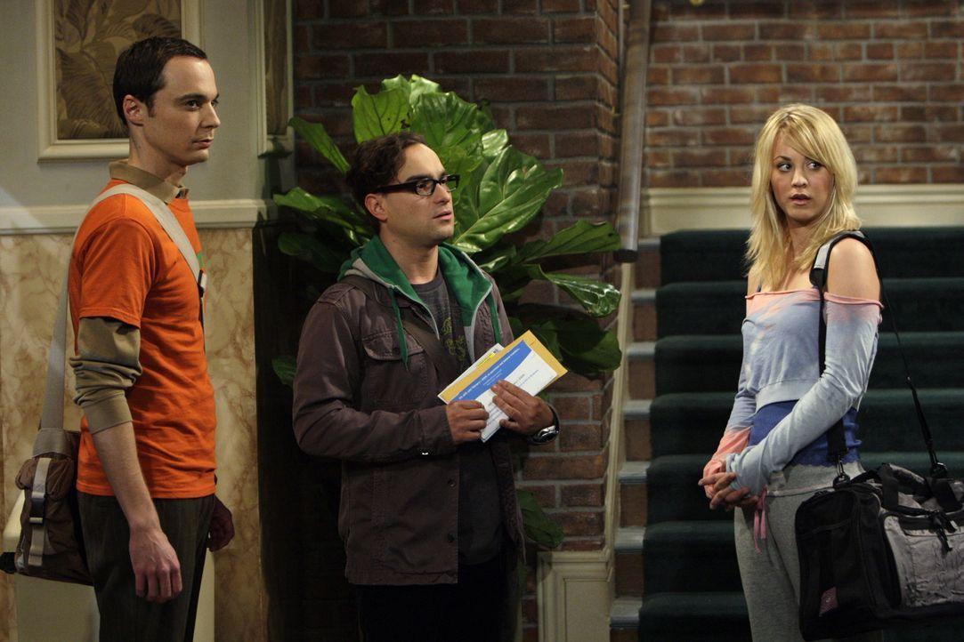 Leonard (Johnny Galecki, M.) und Sheldon (Jim Parsons, l.) werden Zeuge von Pennys (Kaley Cuoco, r.) Gesangskünsten, die allerdings alles andere al... - Bildquelle: Warner Bros. Television