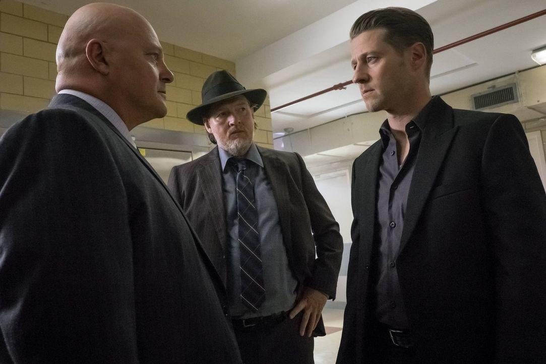 Ahnen noch nicht, dass Jervis Gotham in eine Stadt der Wahnsinnigen verwandeln möchte: Barnes (Michael Chiklis, l.), Gordon (Ben McKenzie, r.) und B... - Bildquelle: Warner Brothers