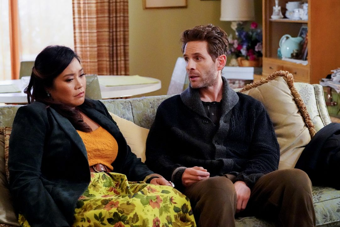 Mary Wagner (Mary Sohn, l.); Jack Griffin (Glenn Howerton, r.) - Bildquelle: Evans Vestal Ward 2019 Universal Television LLC. ALL RIGHTS RESERVED. / Evans Vestal Ward