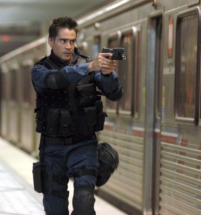 Für Jim Street (Colin Farrell) ist ein Leben außerhalb der Polizei undenkbar. Mühsam hat sich der ehrgeizige Cop bis ins legendäre S.W.A.T.-Team... - Bildquelle: 2004 Sony Pictures Television International. All Rights Reserved.