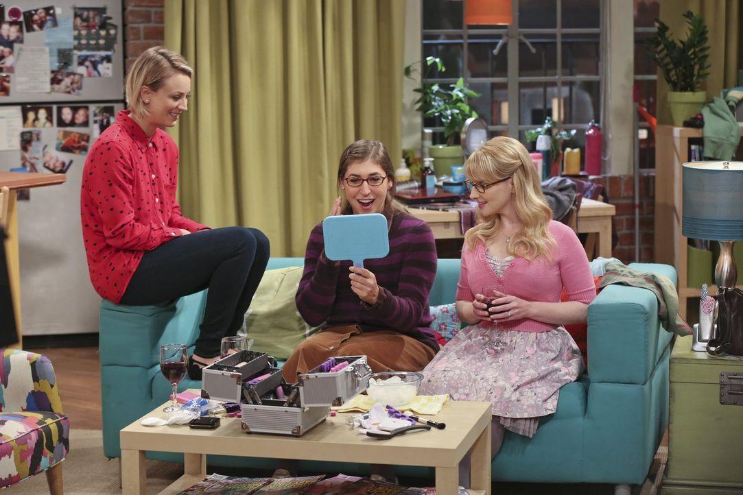 Für Pennys (Kaley Cuoco, l.) Junggesellinnenabschied haben sich Amy (Mayim Bialik, M.) und Bernadette (Melissa Rauch, r.) das volle Programm ausgeda... - Bildquelle: 2015 Warner Brothers