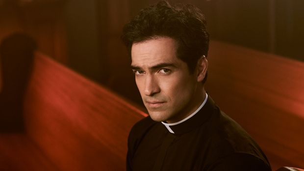 Alfonso Herrera spielt Pater Tomas Ortega in The Exorcist