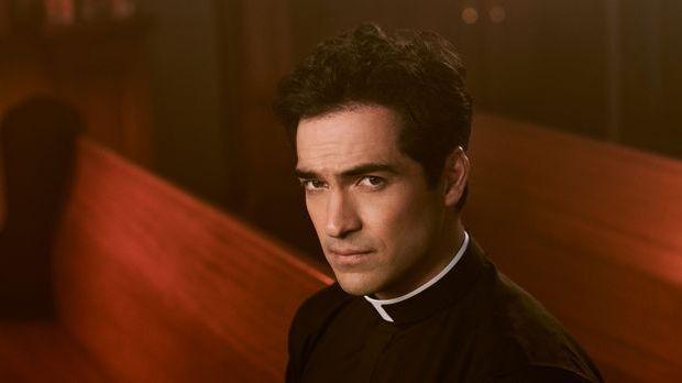 Alfonso Herrera spielt Pater Tomas Ortega in The Exorcist