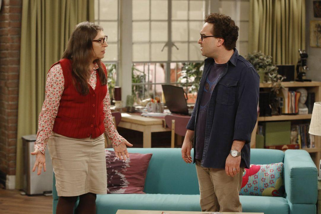 Amy (Mayim Bialik, l.) und Leonard (Johnny Galecki, r.) sind sich, aus ganz unterschiedlichen Gründen, einig, dass sie die Freundschaft von Penny un... - Bildquelle: Warner Bros. Television