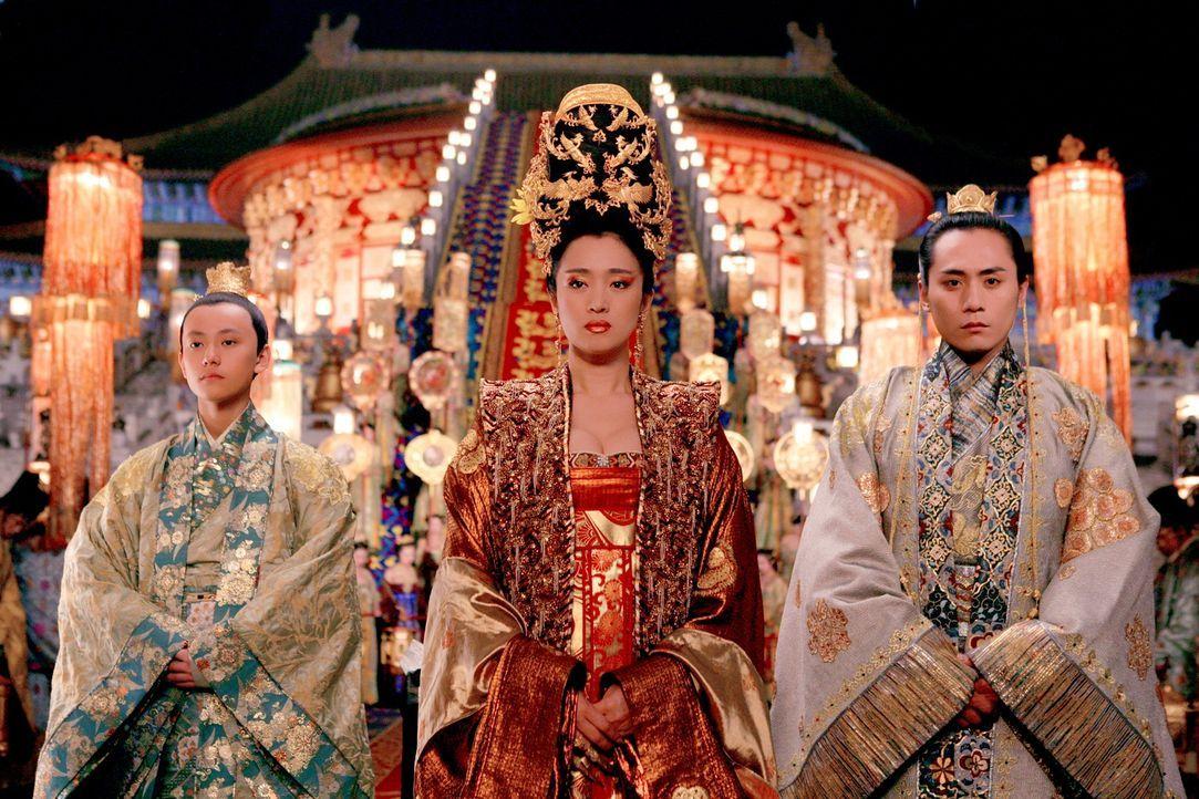 Kaiserin Phoenix (Gong Li, M.) und Kronprinz Wan (Liu Ye, r.) können ihre Affäre nicht länger verbergen. Auch nicht vor Prinz Yu (Qin Junjie, l.) ..... - Bildquelle: TOBIS Film