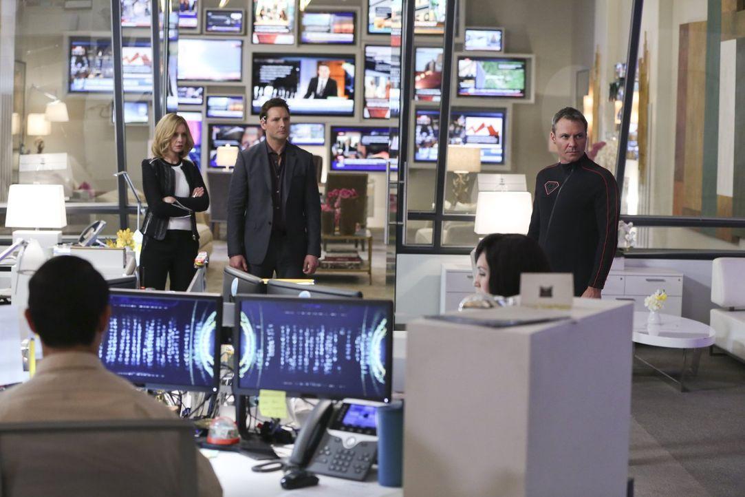 Mit Indigos Hilfe zwingt Non (Chris Vance, r.) den Bürgern von National City seinen Willen auf und  stellt Kara alias Supergirl damit vor die fast u... - Bildquelle: 2015 Warner Bros. Entertainment, Inc.