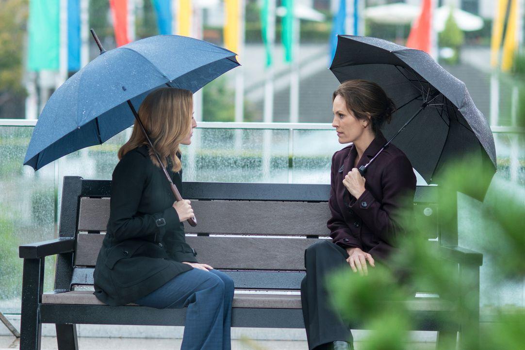 Monica Reyes (Annabeth Gish, r.) macht Scully (Gillian Anderson, l.) gegenüber ein Geständnis, dass endlich ein wenig Licht ins Dunkel bringt ... - Bildquelle: 2016 Fox and its related entities.  All rights reserved.