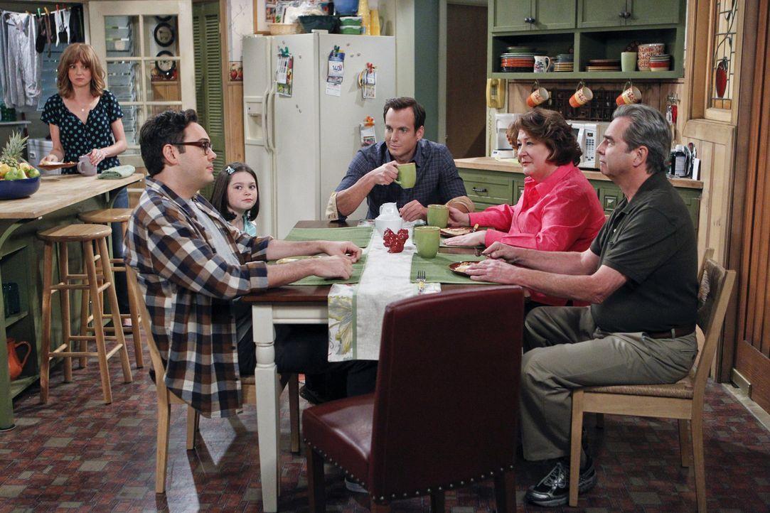 Bei einem gemeinsamen Familienessen mit Adam (Nelson Franklin, 2.v.l.), Mikayla (Eve Moon, 3.v.l.) und Carol (Margo Martindale, 2.v.r.) muss Nathan... - Bildquelle: 2013 CBS Broadcasting, Inc. All Rights Reserved.